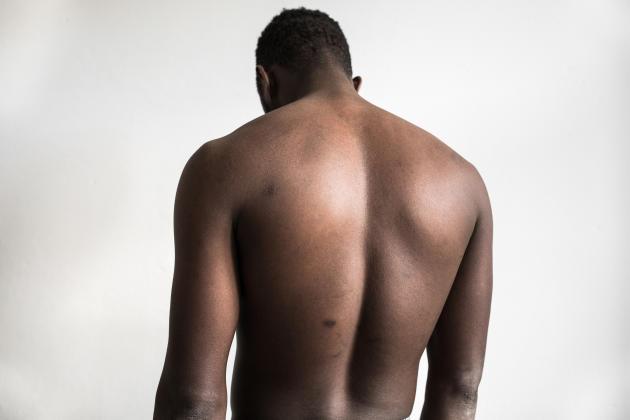 Portrait anonyme d'un des migrants que le photographe César Dezfuli avait rencontrés le 1er août 2016, puis retrouvés, en Europe, en 2018.