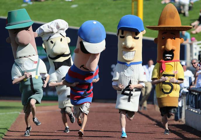 Les saucisses, mascottes de l'équipe de baseball des Brewers, à Milwaukee (Wisconsin), lors d'un match contre les Padres de San Diego, à Phoenix (Arizona), le 7 mars.