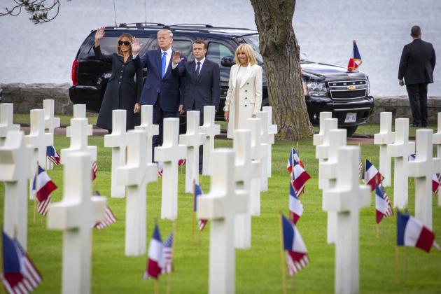 Emmanuel Macron, Donald Trump, et leurs épouses, Brigitte et Melania, au cimetière militaire américain de Colleville-sur-Mer, le 6 juin.