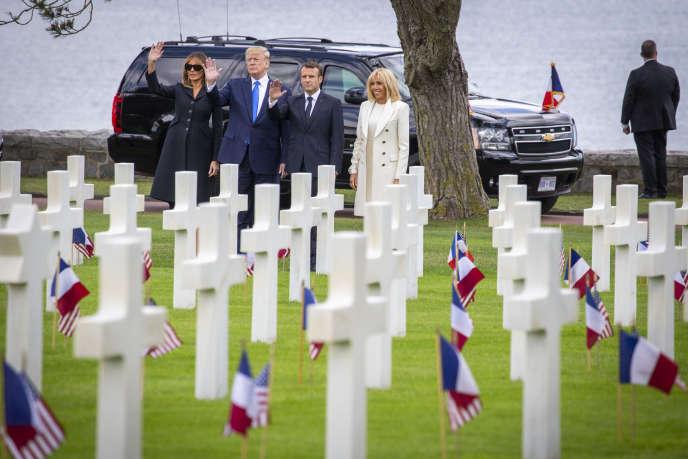 Emmanuel Macron, Donald Trump et leurs épouses Brigitte et Melania participent à une cérémonie commémorative pour le 75eanniversaire du débarquement du 6juin1944, au cimetière militaire américain de Colleville-sur-Mer, jeudi 6juin.