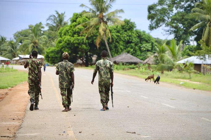 Des soldats de l'armée mozambicaine patrouillent dans les rues de Mocimboa da Praia, le 7 mars 2018, après une attaque perpétrée par des djihadistes présumés.