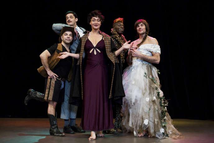 Julie Ferrier (au centre) dans son spectacle« A ma place, vous Ferrier quoi ? », au théâtre de l'Atelier, à Paris