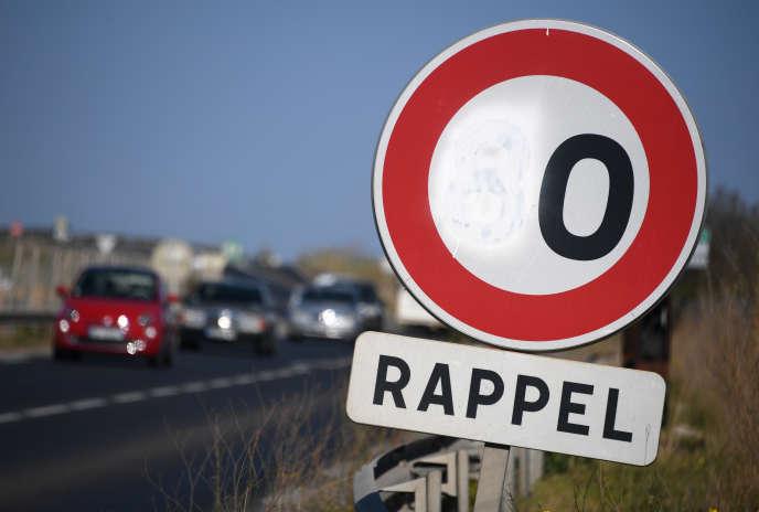 Un panneau de limitation à 80 km/h recouvert de peinture, près de Sète (Hérault), le29mars.