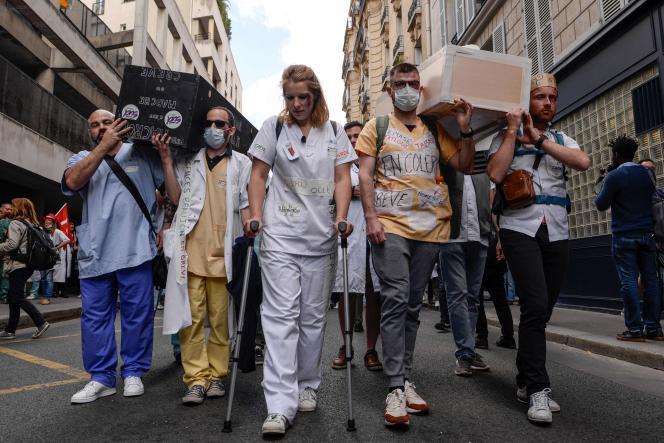 Des membres des services d'urgence des hôpitaux publics manifestent à Paris, le 6 juin, pour de meilleurs salaires et plus de personnel.