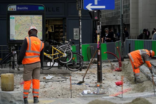 Travaux sur la voie publique place de la Bastille à Paris, le 24 avril.
