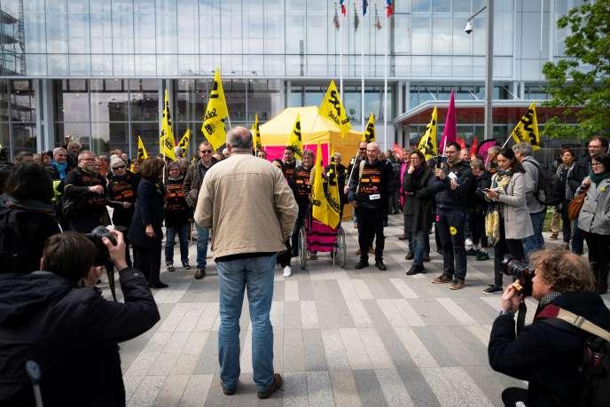 Rassemblement de syndicats de France Télécom devant le palais de justice de Paris, le 6 mai 2019, lors de l'ouverture du procès de l'opérateur.