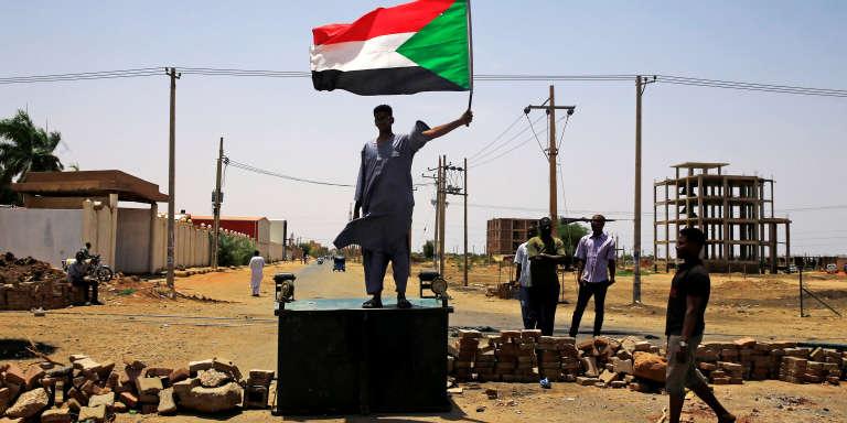 Un manifestant sur une barricade dressée dans une rue de Khartoum, mercredi 5 juin.