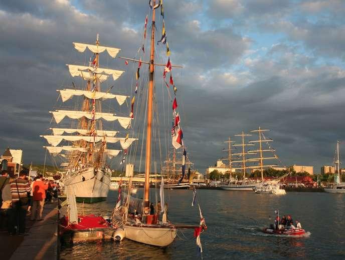 En arrière-plan, le«Cuauhtemoc», trois-mâts barque battant pavillon mexicain, un habitué de l'Armada de Rouen.