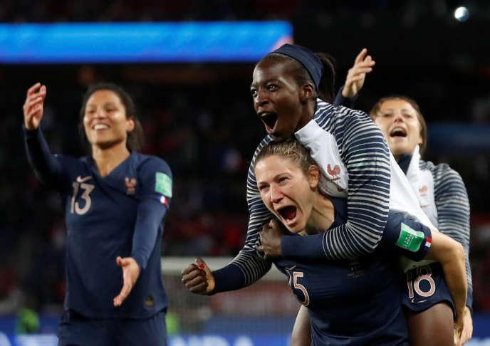 Viviane Asseyi, qui fête ici sur le dos d'Elise Bussaglia la victoire des Bleues face à la Corée du Sud, pourrait être l'une des nouvelles joueuses à obtenir du temps de jeu lundi contre le Nigeria.