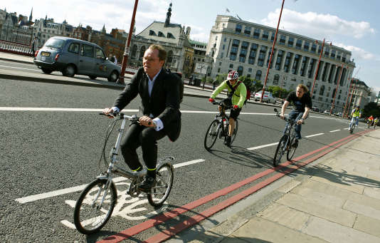 Des banlieusards roulant à vélo, le long de Blackfriars Bridge, à Londres.