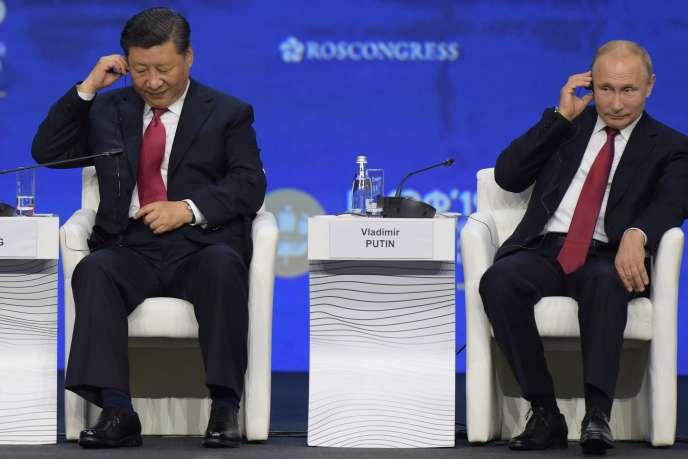 Les présidents chinois et Russe Xi Jinping et Vladimir Poutine pendant le forum économique international de Saint-Petersbourg, le 7 juin.