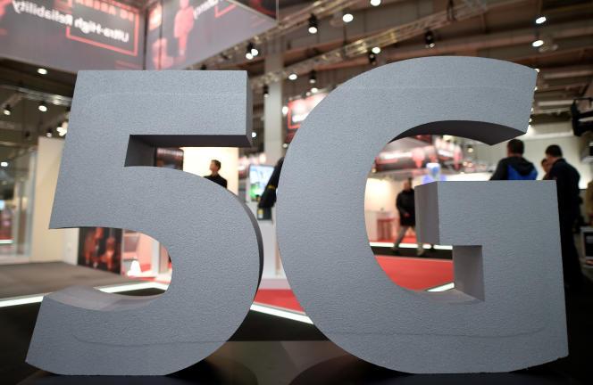 Chaque opérateur téléphonique devra avoir déployé 10500sites5G en France d'ici à 2025, et leurs réseaux devront entièrement basculer en 5G d'ici à 2030.
