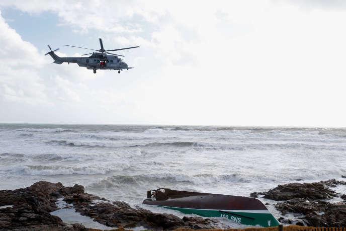 Un hélicoptère survole les lieux du naufrage, au large des Sables-d'Olonne (Vendée), le 7 juin.