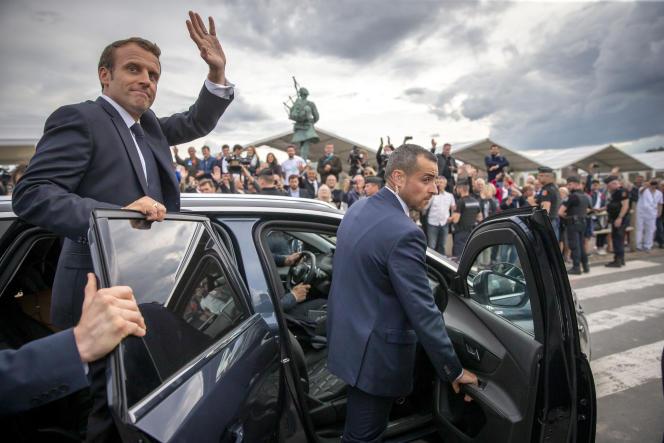 Emmanuel Macron saluant la foule à Colleville-Montgomery (Calvados), le 6 juin.