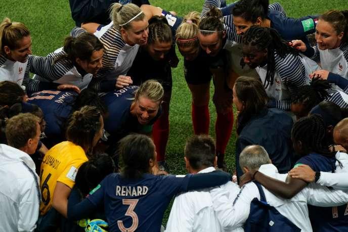 Les Bleues se réunisent autour d'Amendine Henry, la capitaine, après leur victoire face à la Corée du Sud (4-0) le 7 juin au Parc des Princes.