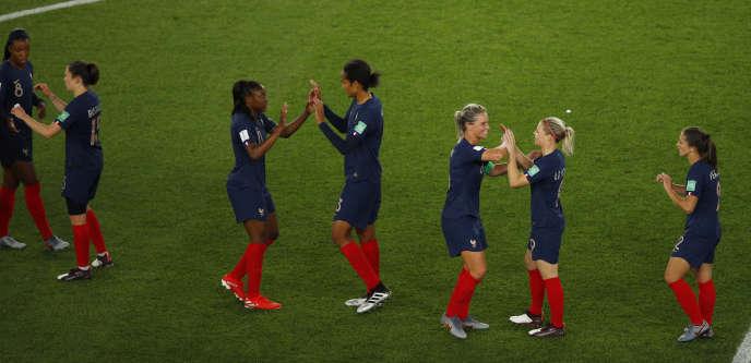 Les Françaises se congratulent après leur premier match du Mondial 2019, le 7 juin au Parc des Princes.
