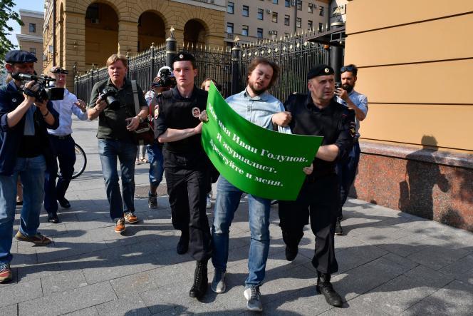 Un manifestant arrêté devant des locaux du ministère de l'intérieur, à Moscou, le 7 juin 2019.