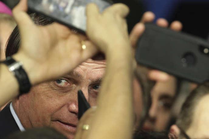 Jair Bolsonaro prend un bain de foule à Brasilia, le 21 mai.
