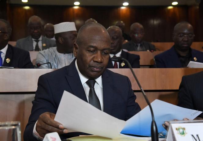 Le ministre ivoirien de l'intérieur, Sidiki Diakité, lors de la présentation à l'Assemblée nationale du projet de loi pour la nouvelle carte biométrique, à Abidjan, le 6 juin 2019.