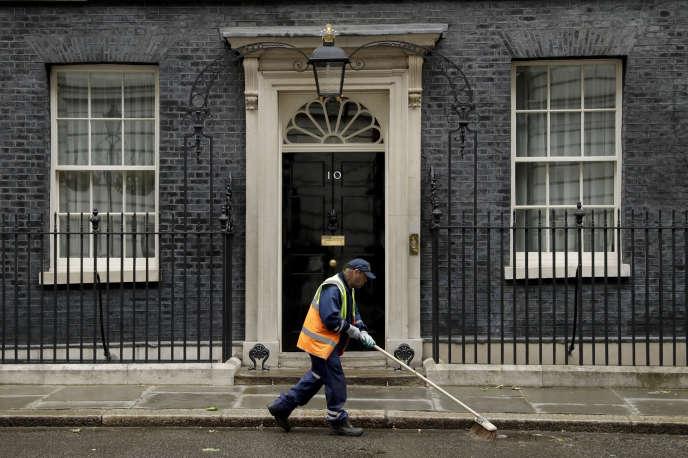 Theresa May restera à la tête du gouvernement de Sa Majesté jusqu'à ce qu'elle informe la reine Elizabeth II de sa démission. La souveraine nommera alors son successeur.