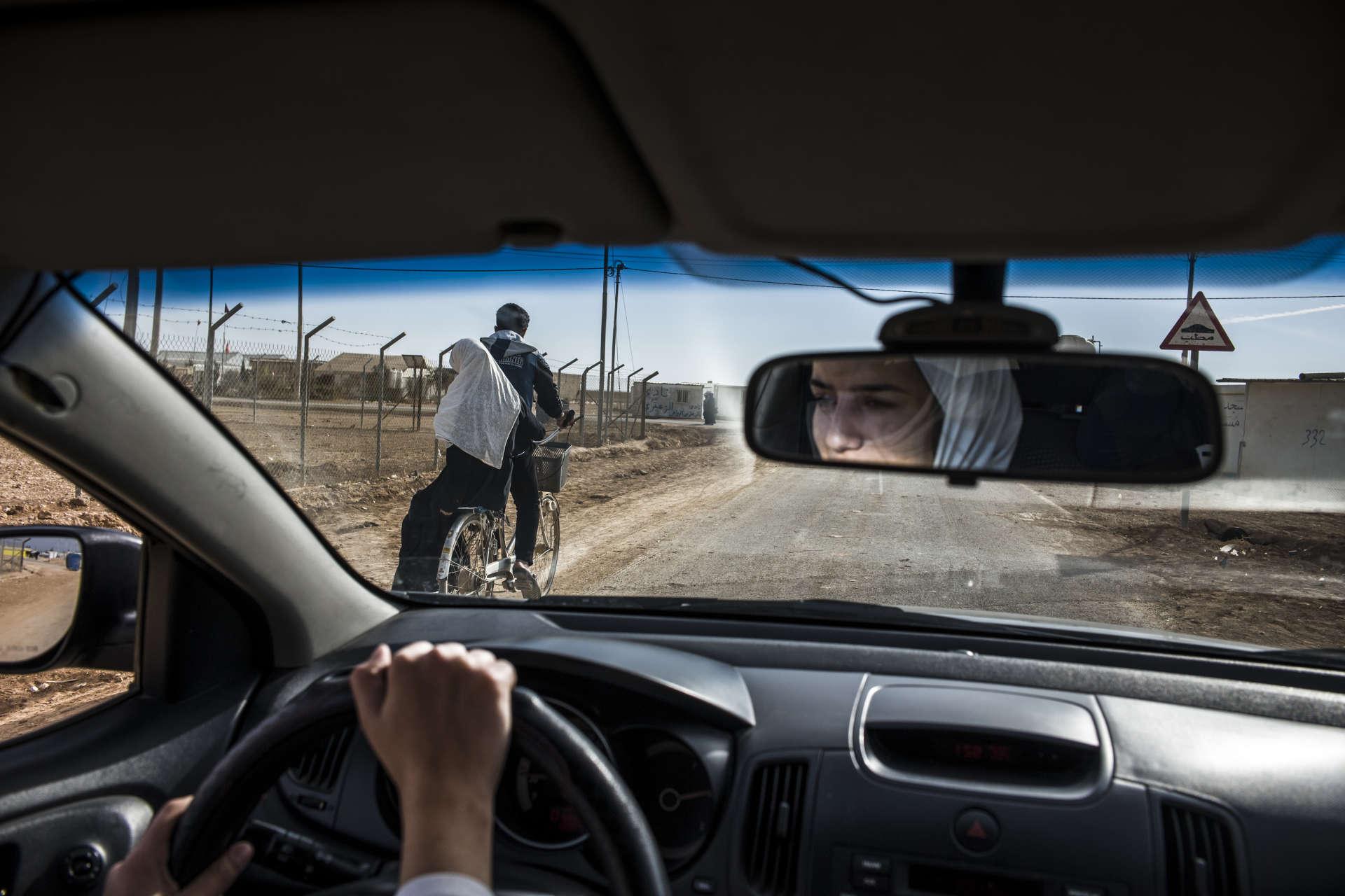 Haneen et sa meilleure amie Yasmeen se rendent régulièrement au camp de réfugiés de Zaatari, au nord de la Jordanie. Tous les matins, des dizaines de fillettes syriennes foulent le terrain, à l'abri des regards et donc de la pression de la communauté. Le football casse le rythme de la vie quotidienne du camp et permet de s'évader un moment, autant que faire se peut, de la réalité de la vie en exil.