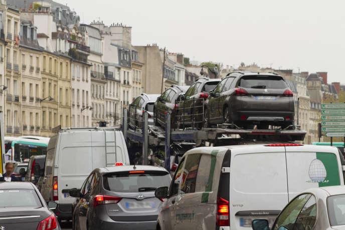 «La mairie de Paris a tout fait pour rendre la circulation automobile impossible et dégoûter non seulement les Parisiens, dont on nous affirme que plus de la moitié (33 %) ne possède pas de voiture.»