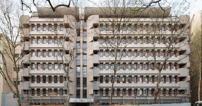 Le 58, rue de la Mouzaïa, Paris 19e. L'immeuble, splendide spécimen d'architecture brutaliste réalisé en 1974 par André Rémond et Claude Parent, a été réhabilité parl'agence Canal.