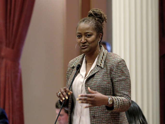 La loi a été rédigée et portée par la sénatrice démocrate de Los Angeles Holly Mitchell.