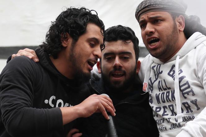 Abdel-Basset al-Sarout (à gauche) chante lors d'un rassemblementde commémoration du début de la révolution syrienne, dans la province d'Idlib, le 15 mars 2019.