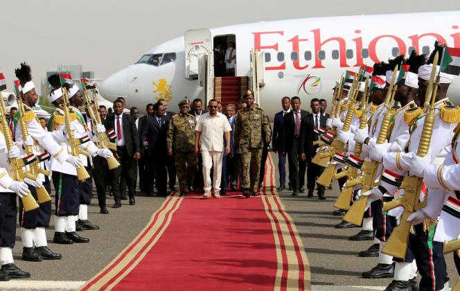 Le premier ministre éthiopien, Abiy Ahmed, médiateur de la crise soudanaise mandaté par l'Union africaine, à son arrivée à Khartoum, vendredi 7 juin.