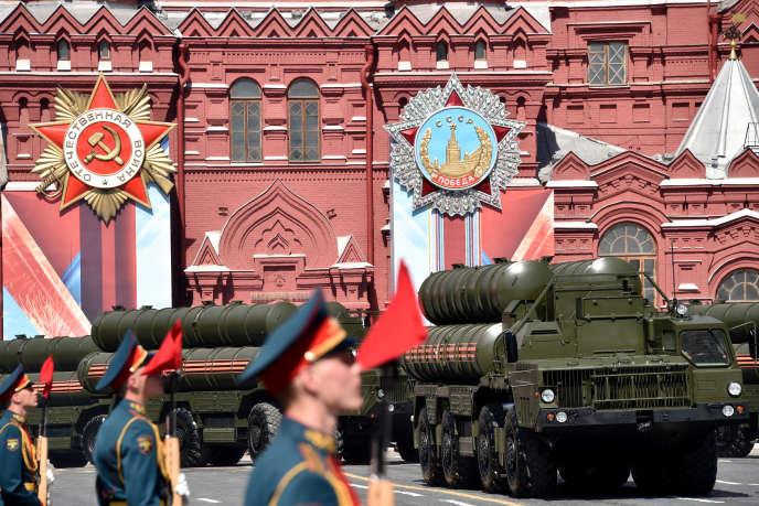 Les S-400 russes, montrés à l'occasion du défilé militaire du Jour de la victoire (célébrant la victoire soviétique contre l'Allemagne nazie en 1945), le 9 mai 2016, à Moscou.
