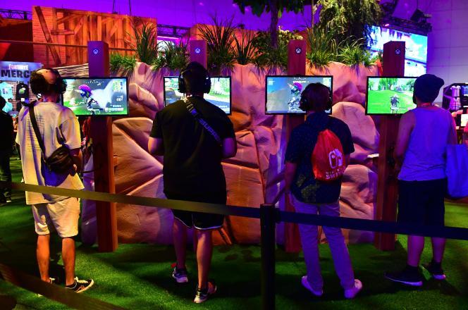 Des visiteurs jouent à «Fortnite»lors de l'E3 2018 à Los Angeles (Californie), en juin 2018.