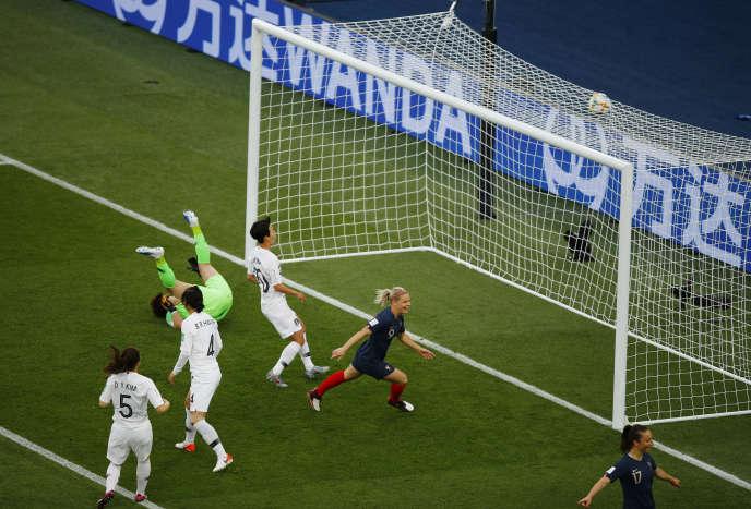 Eugenie Le Sommer ouvre le score lors du match d'ouverture de la Coupe du monde féminine contre la Corée du Sud, au Parc des Princes, le 7 juin.