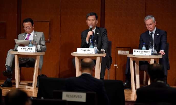 Le ministre des finances chinois, Liu Kun, entre ses homologues japonais, Taro Aso, et français, Bruno Le Maire, lors du G20 à Fukuoka, le 8 juin.