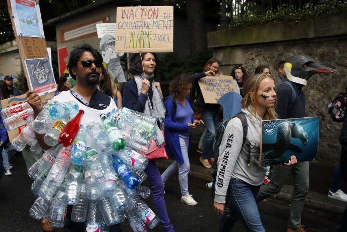 Manifestation contre la dégradation des océans et le changement climatique, à Paris, le 8 juin.