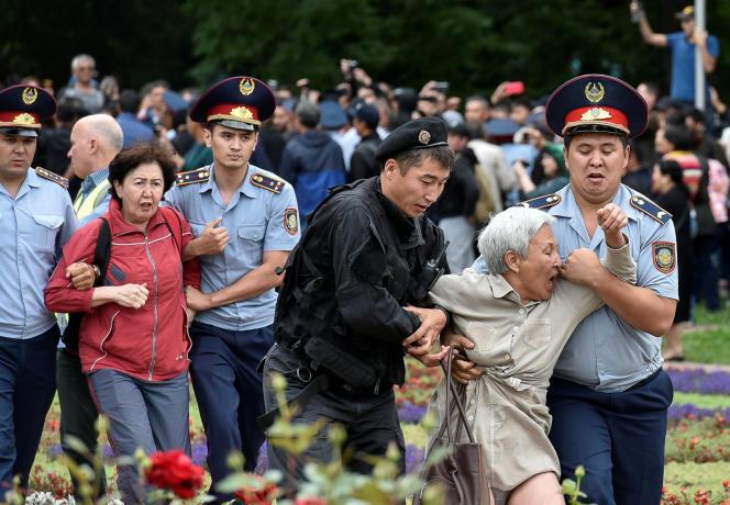 Des manifestants sont arrêtés par les forces de l'ordre, à Almaty (Kazakhstan), le 9 juin.
