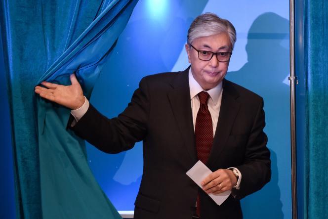 Kassym-Jomart Tokaïev lors de son vote à Nur-Sultan, au Kazakhstan, le 9 juin.