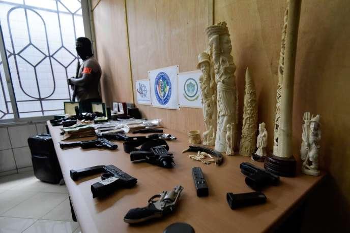 De l'ivoireet des armes confisqués par une unité de lutte contre les crimes organisés transnationaux, à Abidjan (Côte d'Ivoire), le 7 juin.