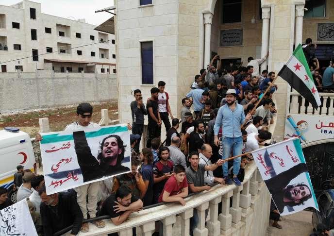 Drapeaux rebelles et portraits d'Abdel-Basset al-Sarout, lors des funérailles du combattant rebelle décédé à al-Dana, dans la région d'Idlib, en Syrie, le 9 juin.