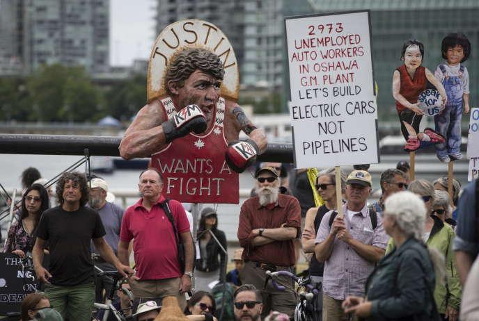 Des opposants à l'expansion de l'oléoduc Trans Mountain brandissent un mannequin à l'effigie du premier ministre Justin Trudeau, à Vancouver, le 9 juin.