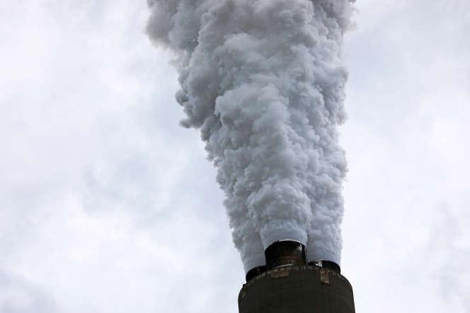 Cheminée de la centrale de Harrison, à Haywood (Virginie),alimentée au charbon,le 16 mai 2018.