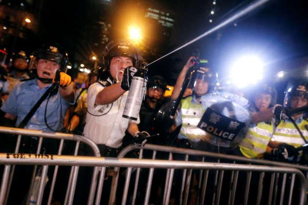 La police utilise des gaz au poivre contre les manifestants.