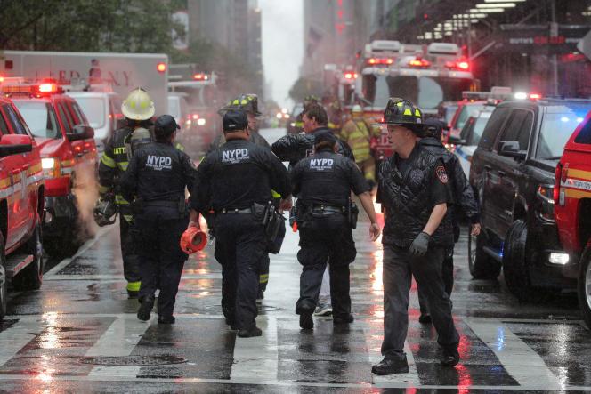 Les pompiers de New York sont déployés sur le lieu où l'hélicoptère s'est écrasé, le 10juin, sur un immeuble de Manhattan.