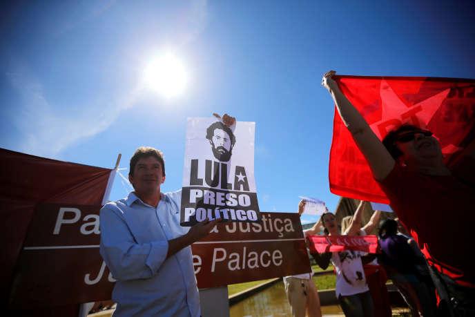 Une affiche sur laquelle est écrit «Lula - prisonnier politique» lors d'une manifestation contre le jugeSergio Moro, devant les locaux du ministère de la justice à Brasilia, le 10juin.
