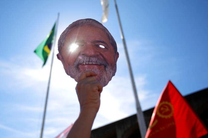 Un manifestant brandit un masque représentant Lula, le 10 juin à Brasilia.