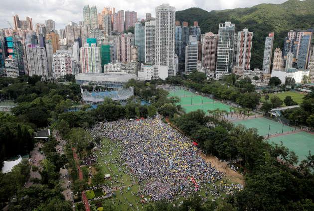 Les manifestants brandissent des parapluies jaunes,en référence au mouvement Occupy Central, à Hong Kong, le 9 juin.