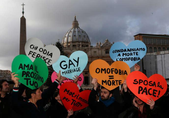 Des militants de la cause homosexuelle protestent contre le rejet par l'Eglise catholique du mariage homosexuel, le 16 décembre 2012.