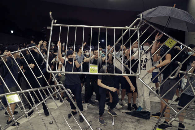 Les manifestants érigent des barricades symboliques contre le projet de loi.