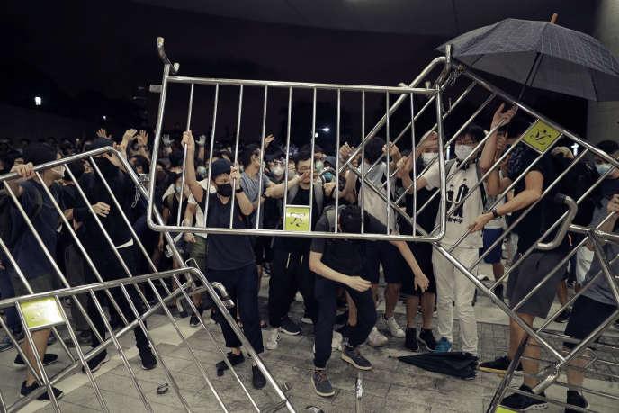 Les manifestants érigent des barricades symboliques contre le projet de loi d'extradition vers la Chine continentale, à Hongkong, le 9 juin.