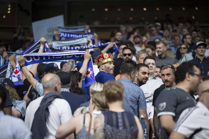 Les supporteurs des Whitecaps quittent le stade pour protester contre le manque de réaction de la fédération canadienne, à Vancouver, le 10 mai.